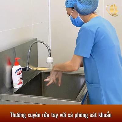 Nhân viên thường xuyên rửa tay để đảm bảo an toàn cho khách hàng và đồng nghiệp