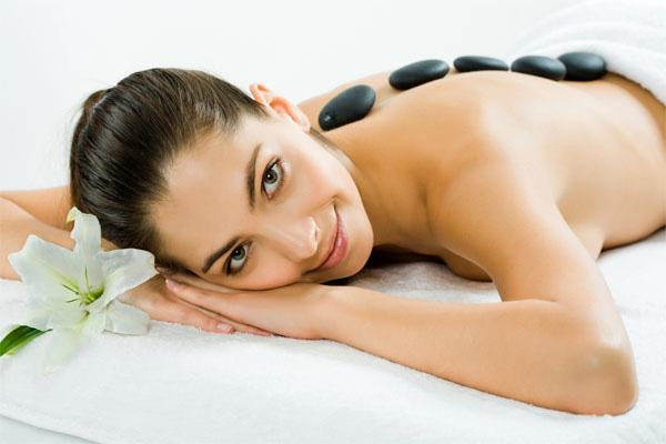 Massage body giảm stress với đá nóng
