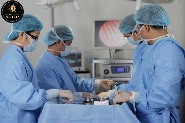 bác sĩ đang phẫu thuật môi trái tim cho nam