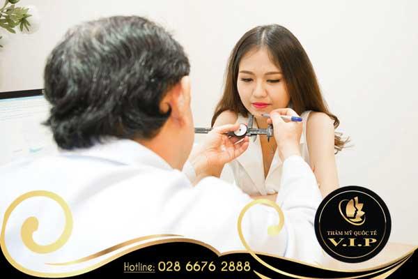 Bác sĩ thăm khám, tư vấn và đưa ra mức giá nâng mũi chính xác