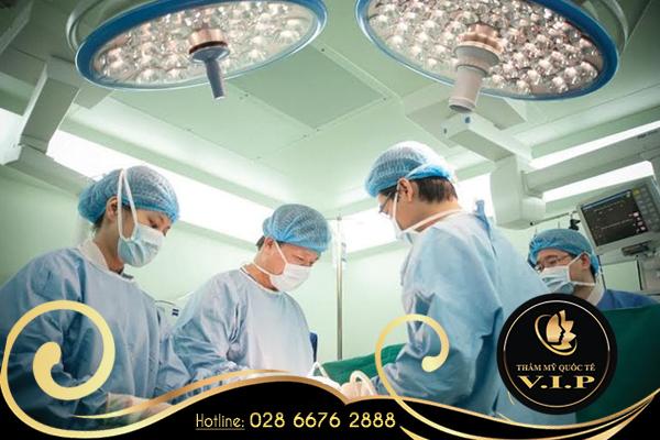 đội ngũ các bác sĩ phẫu thuật nâng mũi tại V.I.P