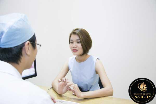 Bác sĩ tư vấn thăm khám cụ thể cho khách hàng